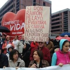 Manifestantes en defensa de Valdecilla