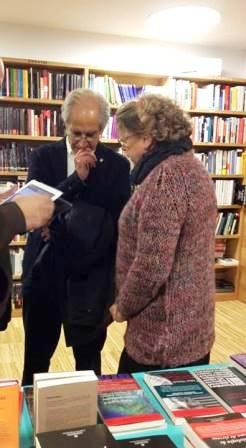 Paz Gil, de la Librería Gil, charlando con El Reto, en un acto programado en Pombo