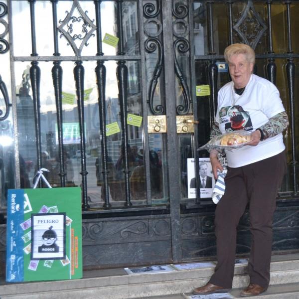 Adela Ramos repartió pan y chorizo frente a la sede de Caja Cantabria.