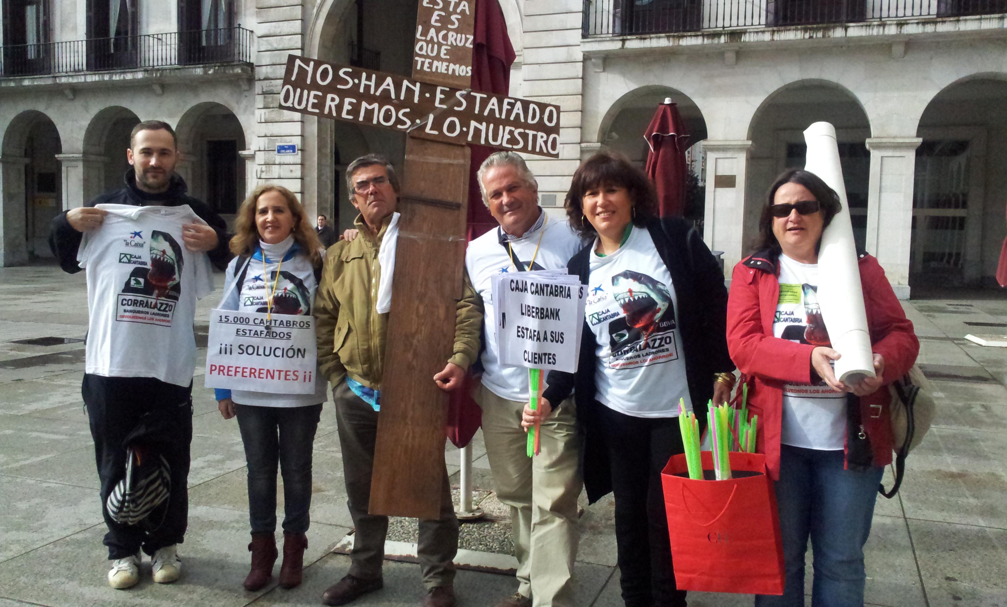 Rosa del Pozo, su marido, y José Luis Cruz junto a un grupo de compañeros durante una protesta.