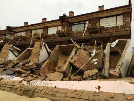 La urbanización en primera línea de Somo afectada por los temporales del año pasado