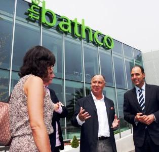 El presidente de Bathco, José López, junto a las autoridades que asistieron a la inauguración
