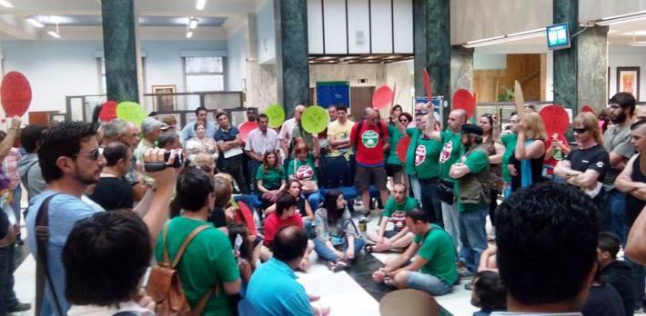 Protesta en la oficina central de Liberbank en Santander por el suicidio en Los Corrales de Buelna