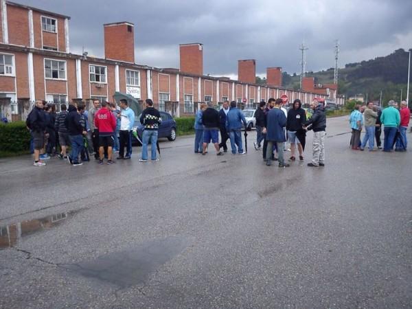 Trabajadores de Sniace, durante el bloqueo a la fábrica el pasado lunes