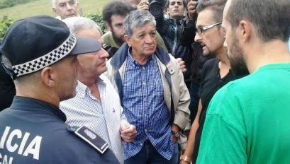 Conversación entre representantes del Ayuntamiento y la familia de Amparo, ante la mirada de vecinos y activistas de la PAH