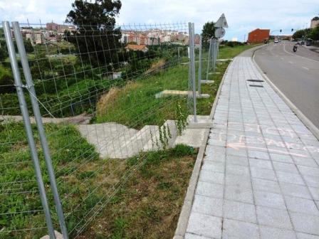 El acceso peatonal a la finca se ha cortado