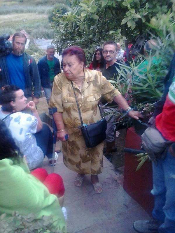 Amparo llega a su vivienda, esta mañana, rodeada por los participantes en la Acampada