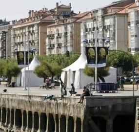 Carpas instaladas en el paseo marítimo con motivo del Mundial de Vela
