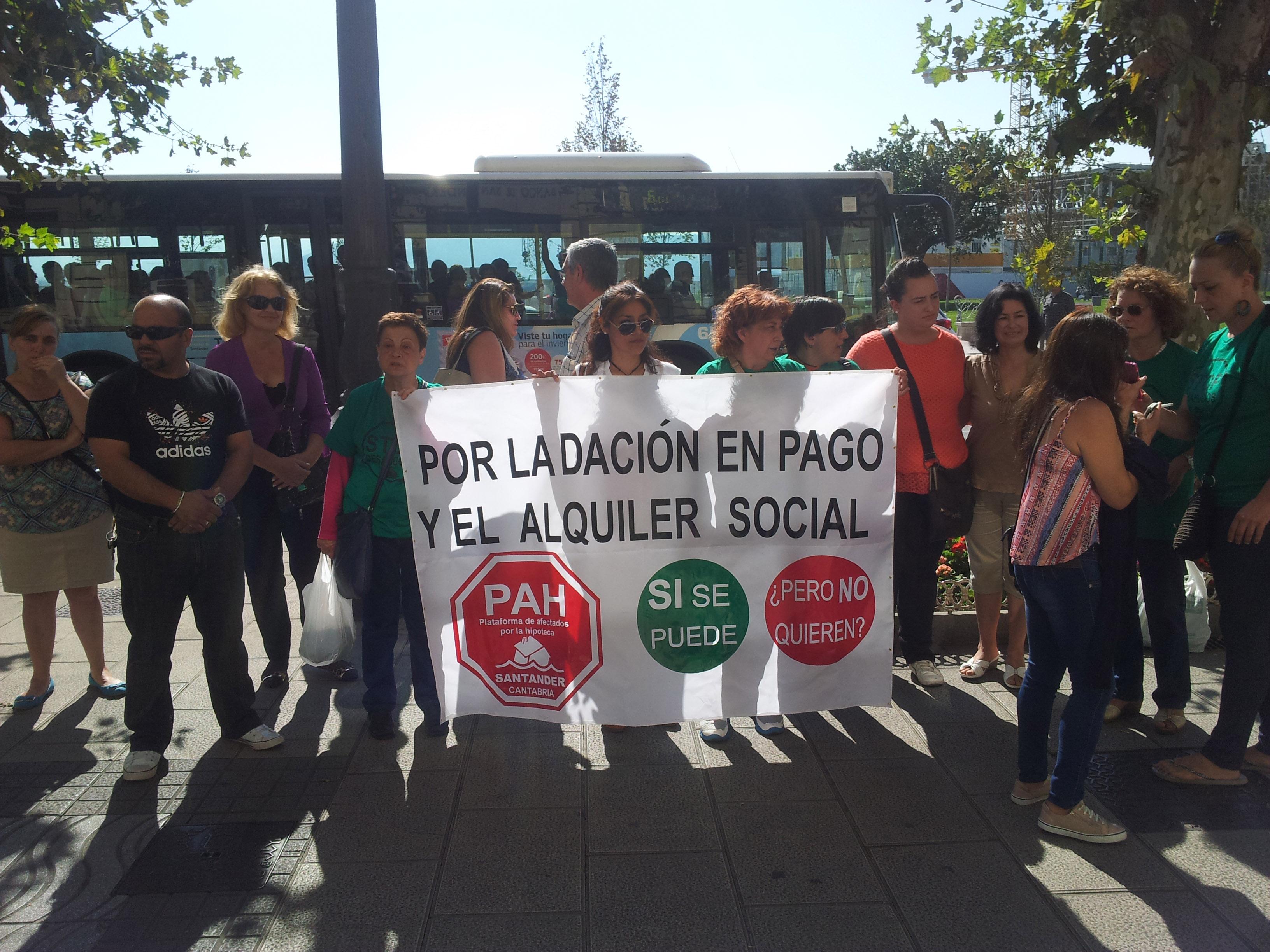 Grupo de activistas de la PAH que se manifestaron frente al Banco Santander