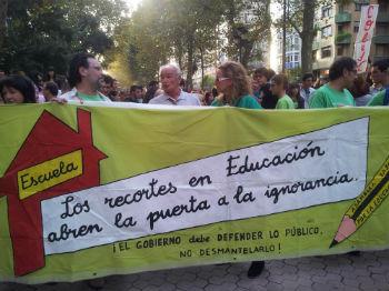 Profesores, padres y alumnos han llegado a Santander desde todas partes de la región para participar en la protesta.