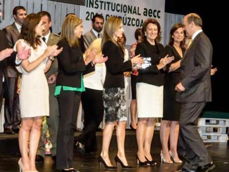 Piero Crespo recogiendo el premio de manos de la reina