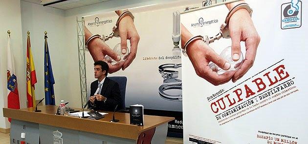 Presentación de la campaña de reparto de bombillas de bajo consumo