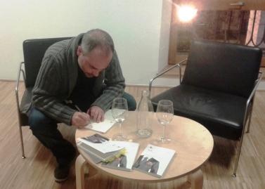 Raúl Gil firmando ejemplares de 'Con tinta roja'