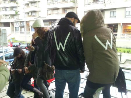 Los miembros de la Asamblea 'Libertad para W', han mostrado en sus ropas la inicial del niño como solidaridad.