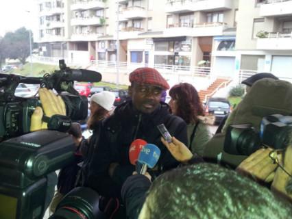 Ferdinand Kome en la entrada de los juzgados.