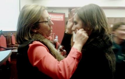 Natividad Pérez (izquierda) felicita a su sucesora, Eva Fernández, después de haber discutido