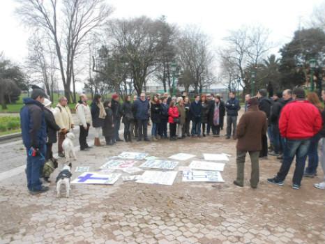En la reunión del domingo se colocaron varios carteles contra la tala de árboles.