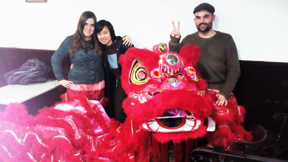 Alio (derecha) y Xuán (en medio) son los dueños y profesores de Hispasia.