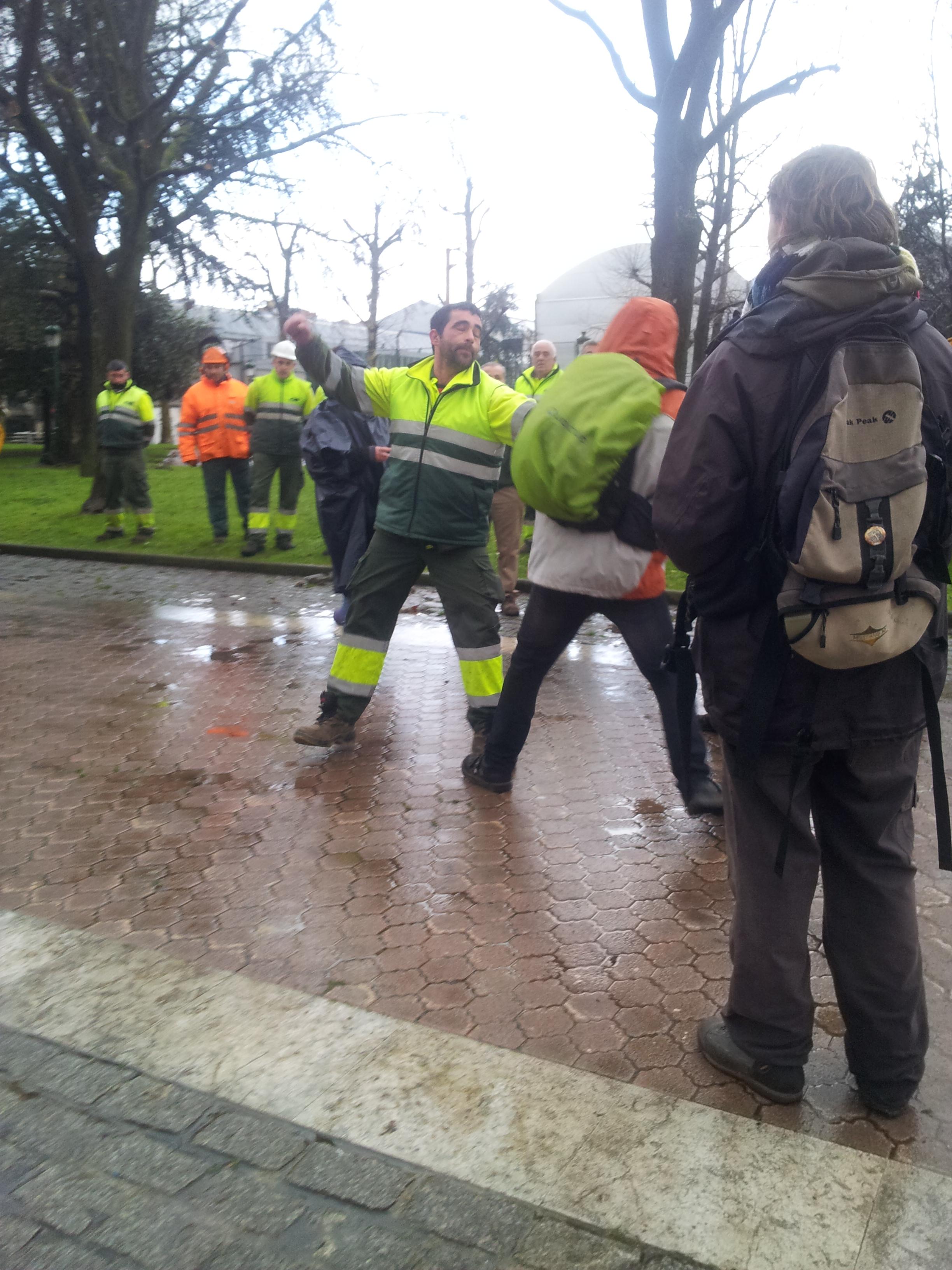 Un operario contra un manifestante con una pala excavadora, y ha amenazado con agredir a otro que le ha increpado.