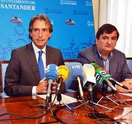 El alcalde de Ramales y presidente de Copsesa es adjudicatario habitual en Santander. En la foto, junto al alcalde, Íñigo de la Serna