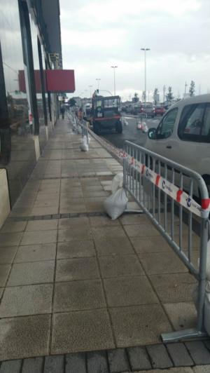 Las obras se detuvieron el viernes, después de que los comerciantes alertaran al jefe de obra del perjuicio que supone para ellos la eliminación de la zona de carga y descarga.