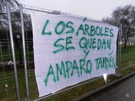 La plataforma de La Marga mostró su apoyo a Amparo con una pancarta en la que unificó sus casos.