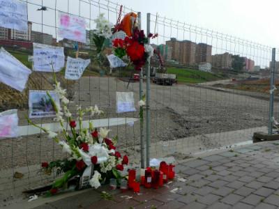 Flores, velas y mensajes de cariño frente al lugar donde estaba la casa de Amparo.