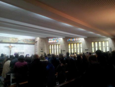 Una gran multitud ha llenado la Parroquía de San Juan Bautista para despedir a Amparo.