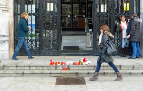 Las Plataformas han dejado flores y velas en la entrada del Ayuntamiento a la llegada al Consistorio.
