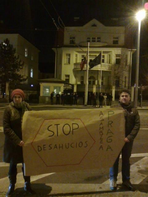 Las asambleas visibilizan los problemas de España en el extranjero, como la protesta de esta semana en el Consulado en Praga en favor de la PAH.