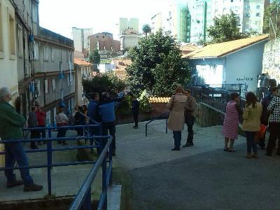 Una veintena de personas se ha unido a la comitiva para visitar el barrio.