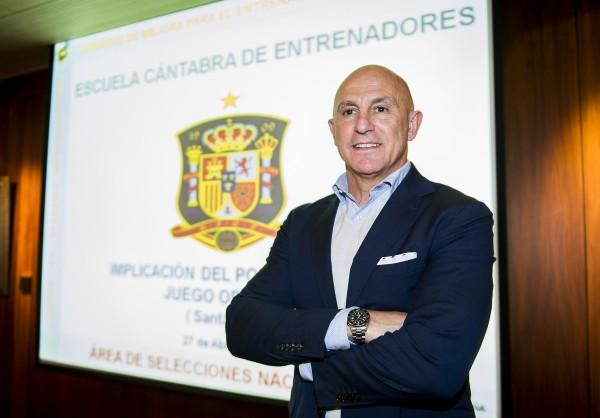 El seleccionador español sub-19, Luis de la Fuente, dio una clase magistral en el Santemar