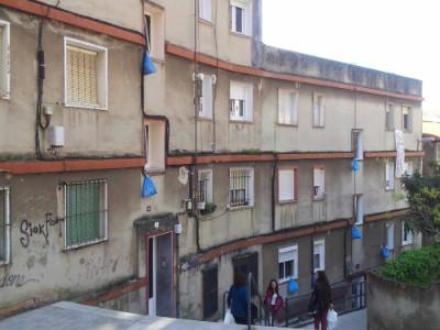Las bolsas de basura en la ventana ya son un símbolo en Antonio de Cabezón.