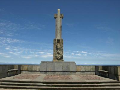 El monumento a los caídos del bando nacional en la Avenida del Faro, en Cabo Mayor.