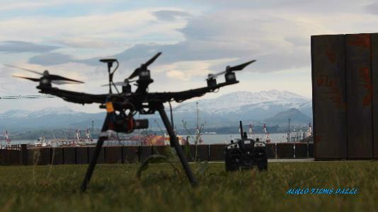 Un dron se maneja con un mando teledirigido y unas gafas que monitorean la imagen a tiempo real. Foto: Aéreo Films Valle.