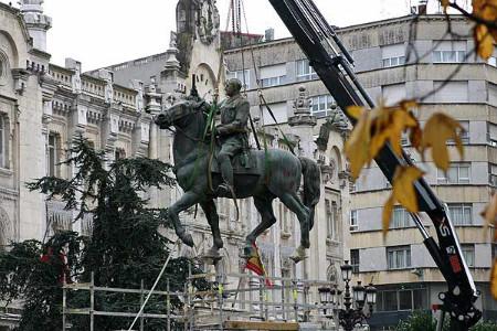 """La estatua del dictador """"cabalgó"""" por la plaza del Ayuntamiento hasta diciembre de 2008."""