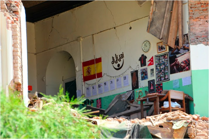 El aula de Dididai, asociación española que asiste en este espacio a los niños nepalís, ha quedado al descubierto
