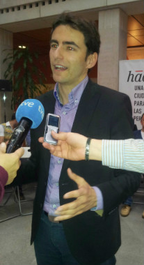 Pedro Casares durante la presentación de la primera de las tres asambleas abiertas que organizará en Santander.