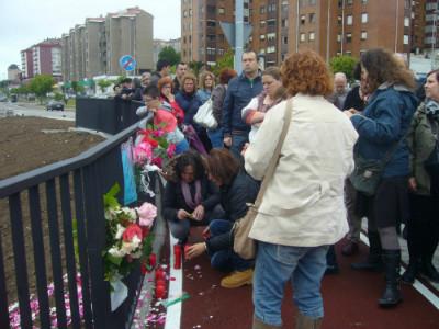 Vecinos colocando un altar con flores, velas y poemas recordando a Amparo.