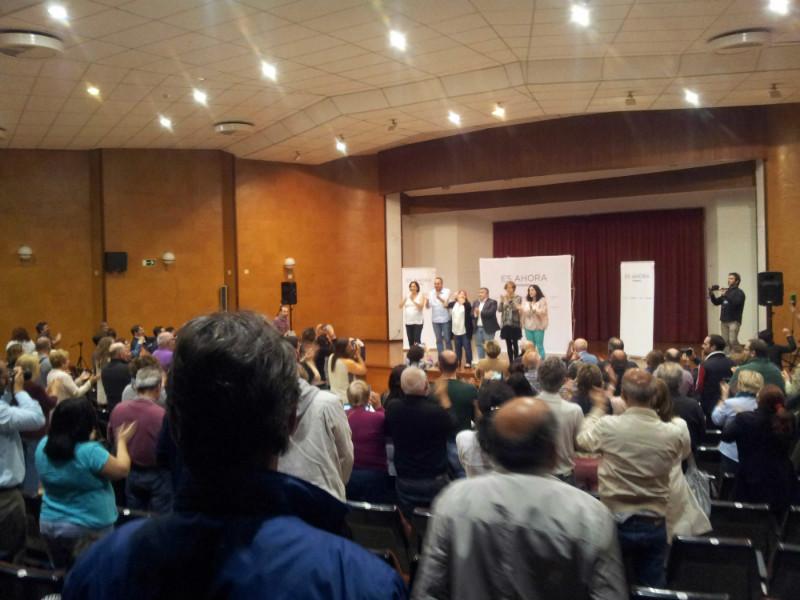 El público ha aplaudido en pie al final del acto con gritos de 'Sí se puede'.