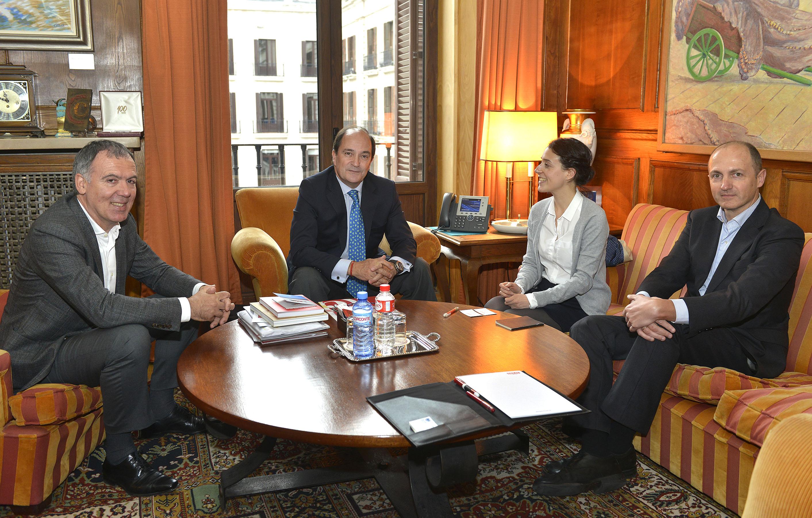 Vidal de la Peña y Piñeiro, en una reunión de trabajo con representantes de la embajada y el cónsul británico