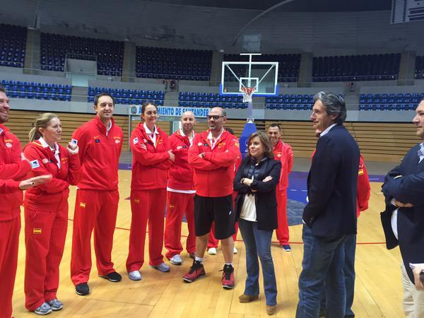 De la Serna y la vicepresidenta Sáenz de Santamaría en el Palacio de los Deportes