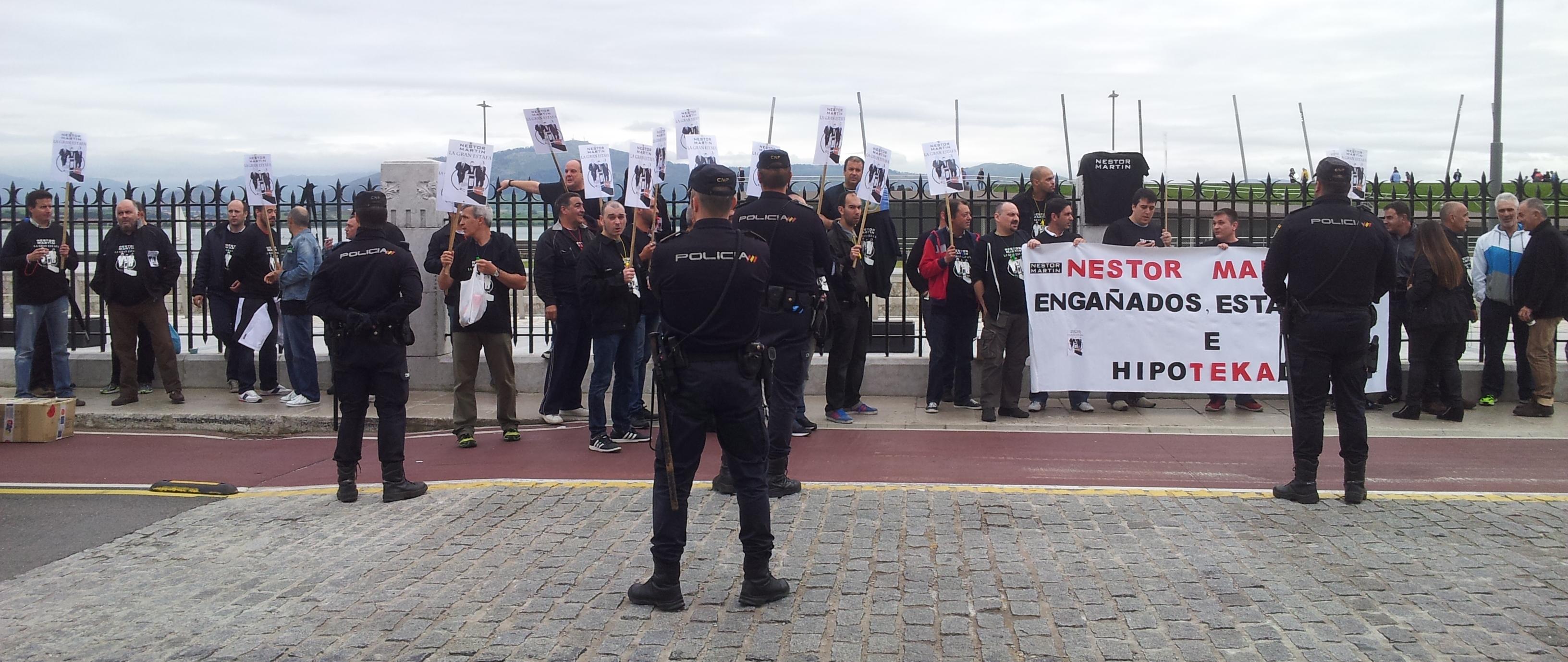 Durante la campaña electoral, los trabajadores trataron de protestar en un mitin de Mariano Rajoy, pero la fuerte presencia policial les impidió acercarse al presidente.
