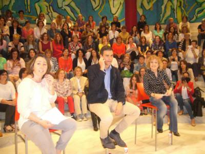 Pedro Sánchez y Eva Díaz Tezanos en la reunión con mujeres cántabras.