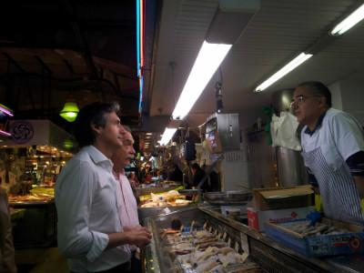Iñigo De la Serna y Ramón Sáinz Bustillo hablando con el Presidente de la Asociación de Comerciantes del Mercado de la Esperanza, Antonio Movellán Guardo.