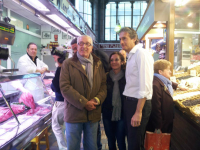 Dos turistas andaluces se sacaron una foto con el Alcalde de Santander.