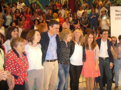 Pedro Sánchez, Eva Díaz Tezanos y Pedro Casares posan con varias militantes.