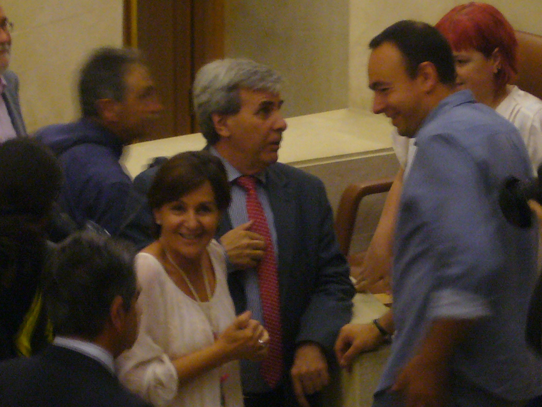 Lola Gorostiaga (PSOE), Rafael de la Sierra (PRC) y José Ramón Blanco (Podemos) al inicio de la sesión parlamentaria.