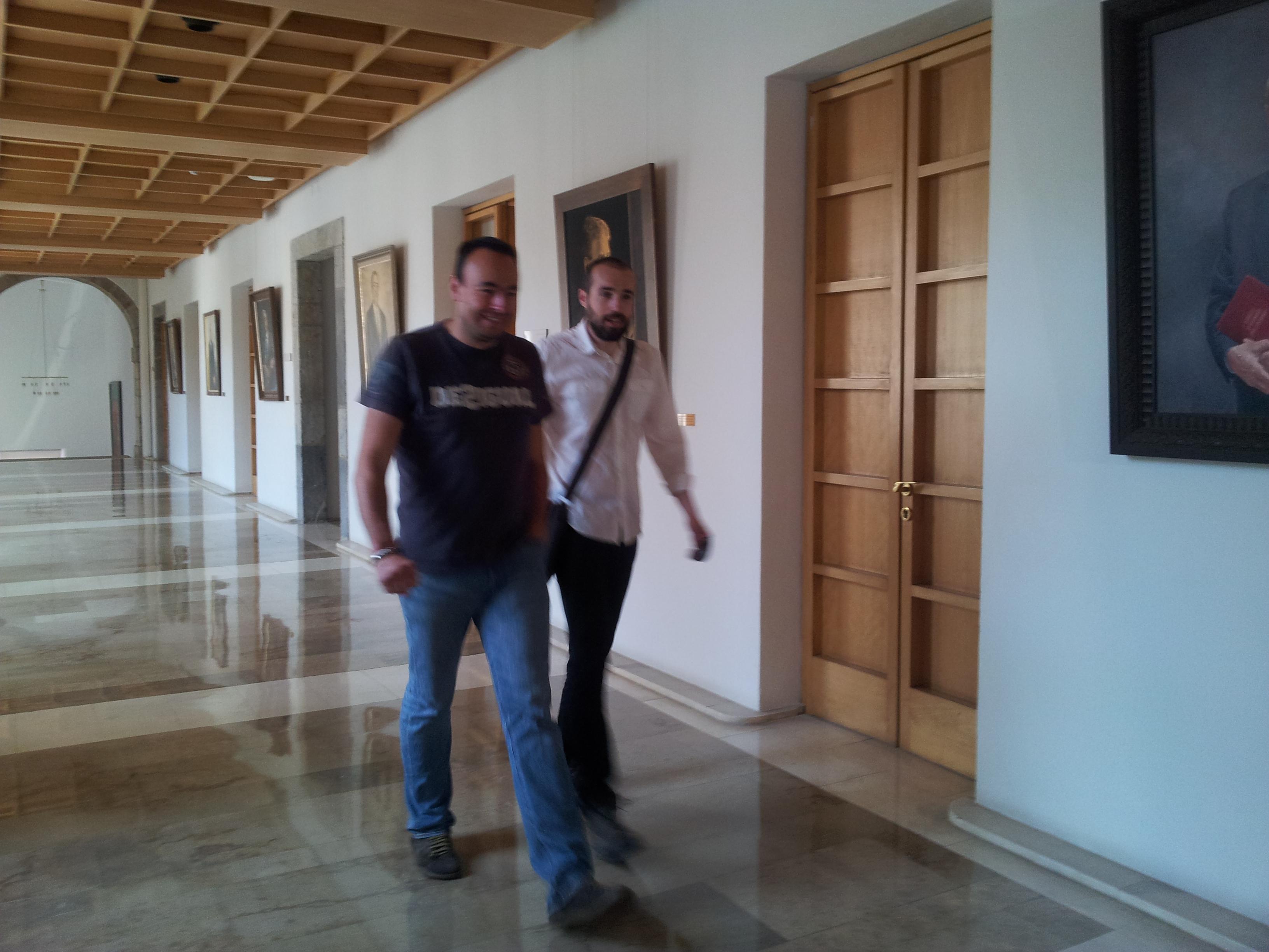 José Ramón Blanco y el portavoz de Podemos, Óscar Manteca, llegando a la reunión con Lola Gorostiaga.