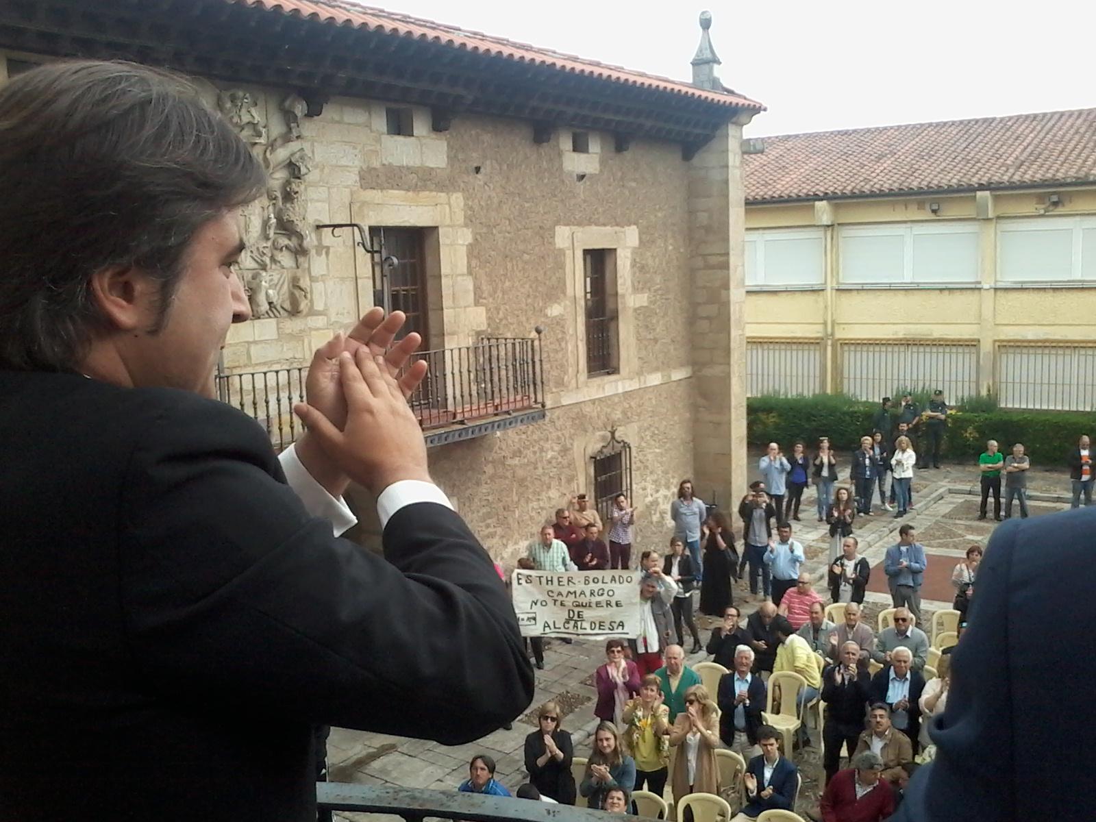 El ya ex alcalde de Camargo saluda desde el balcón a los manifestantes que abucheaban a su sucesora